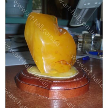 Большой янтарный камень