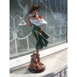 Статуетка дівчини з бурштину